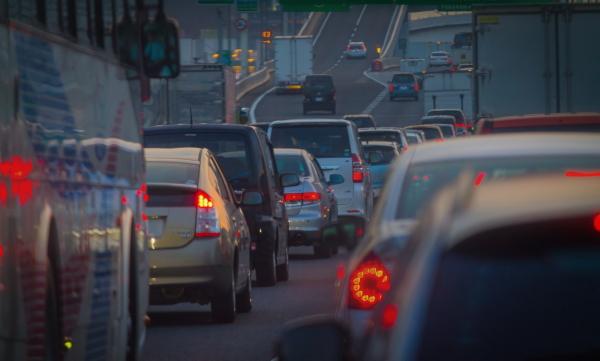 高速道路の渋滞中に便意(下痢)が襲ってくる!原因や対処法は?